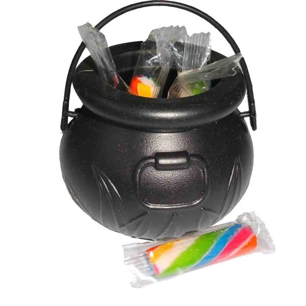 Kleiner Hexenkessel mit Süßigkeiten gefüllt